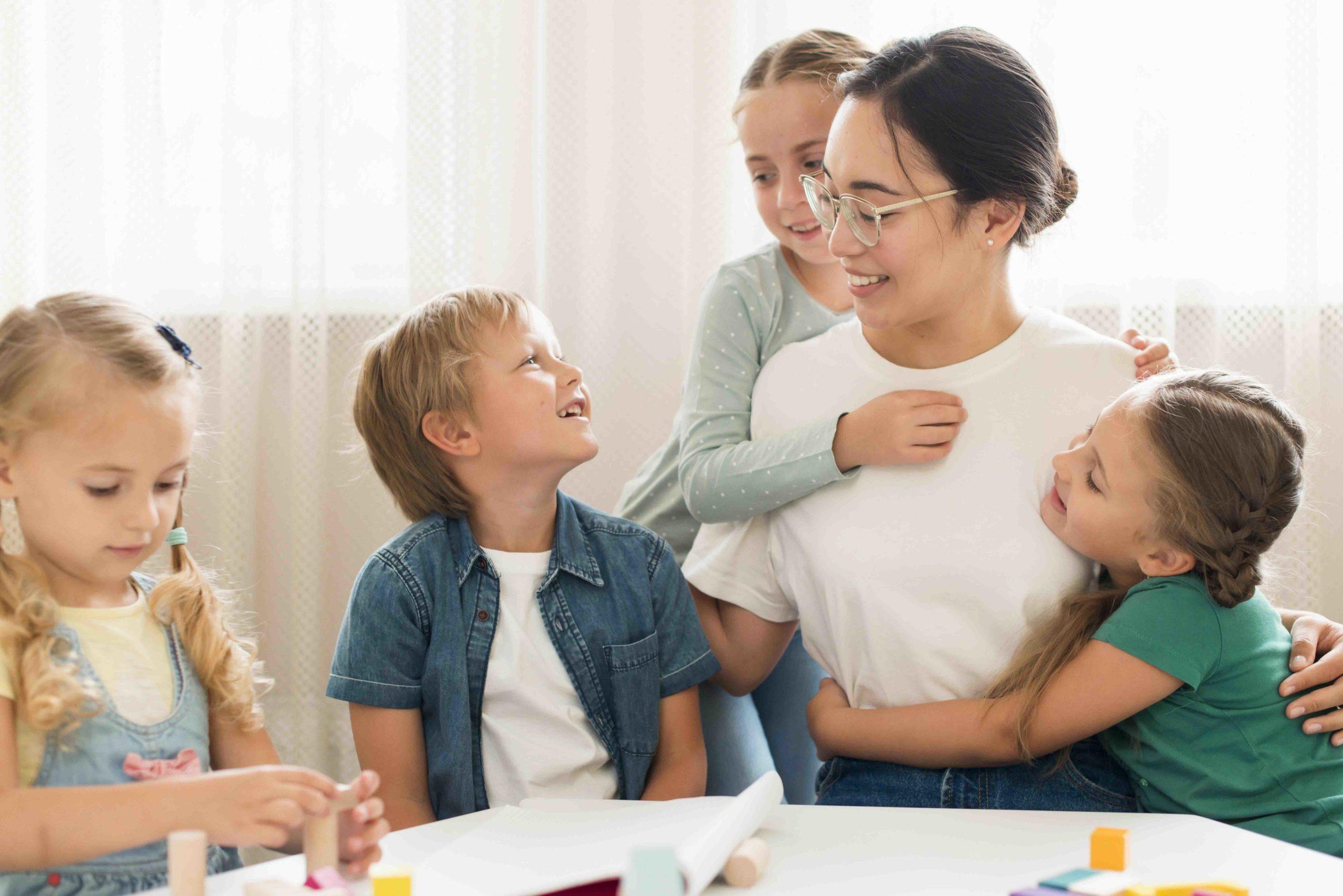 Assistante maternelle qui parle avec trois enfants