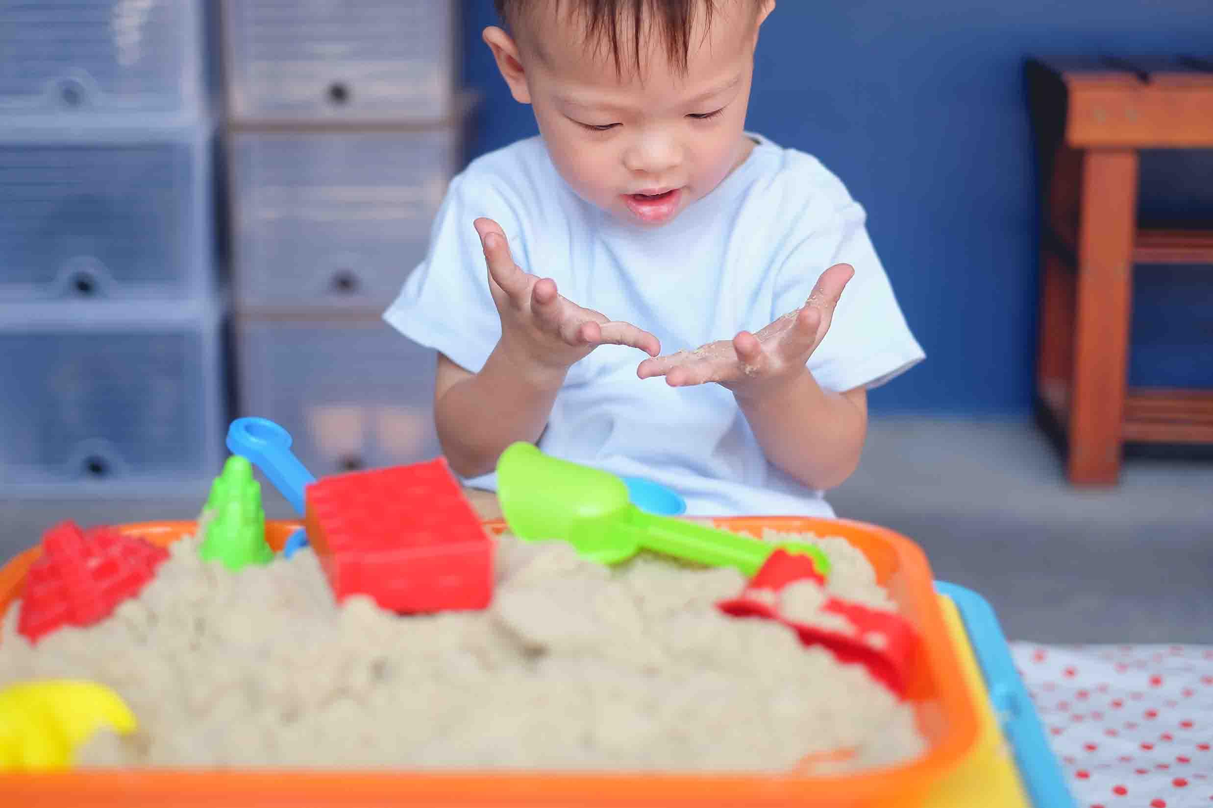 enfant jouant avec du sable