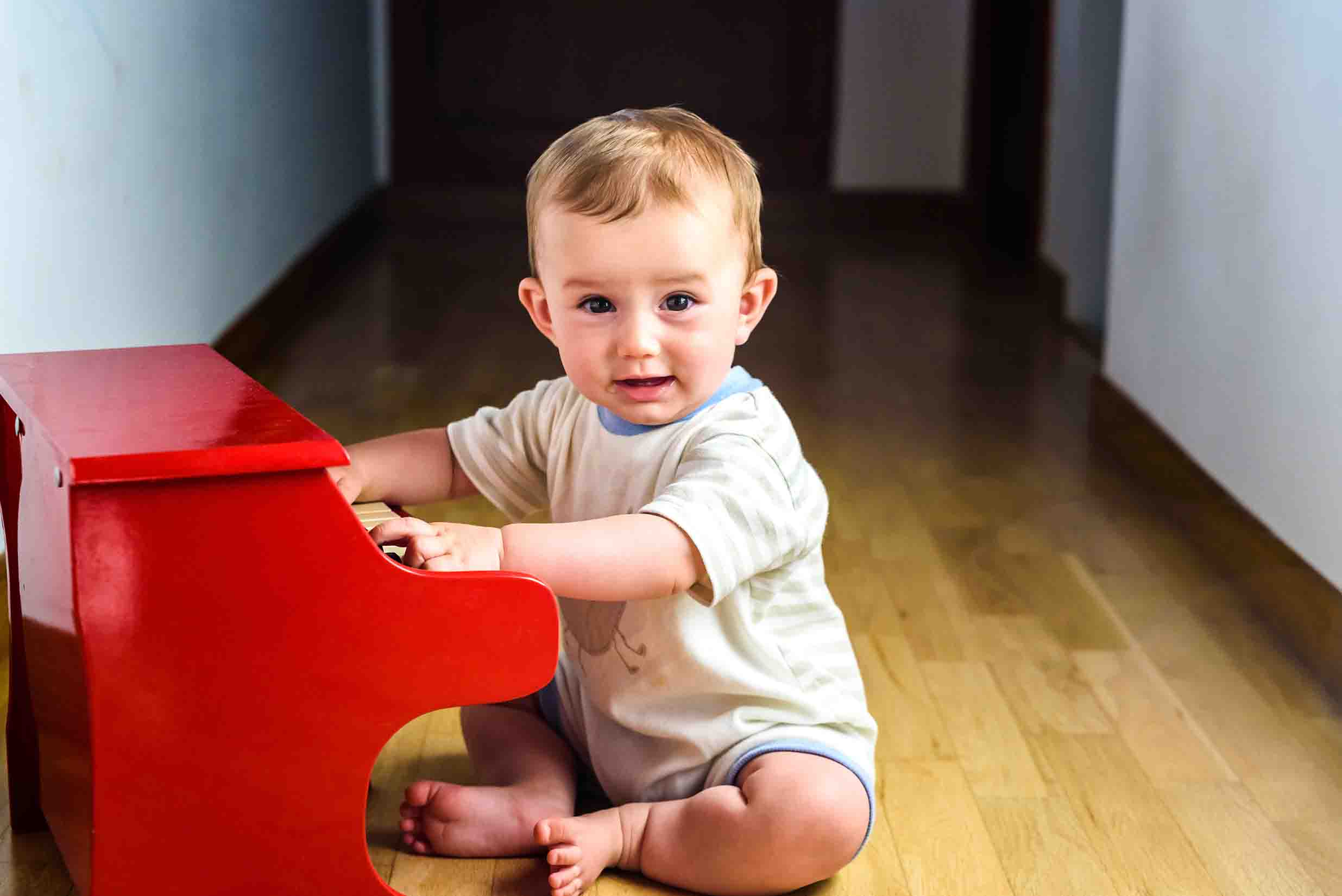 jeune enfant souriant jouant du piano