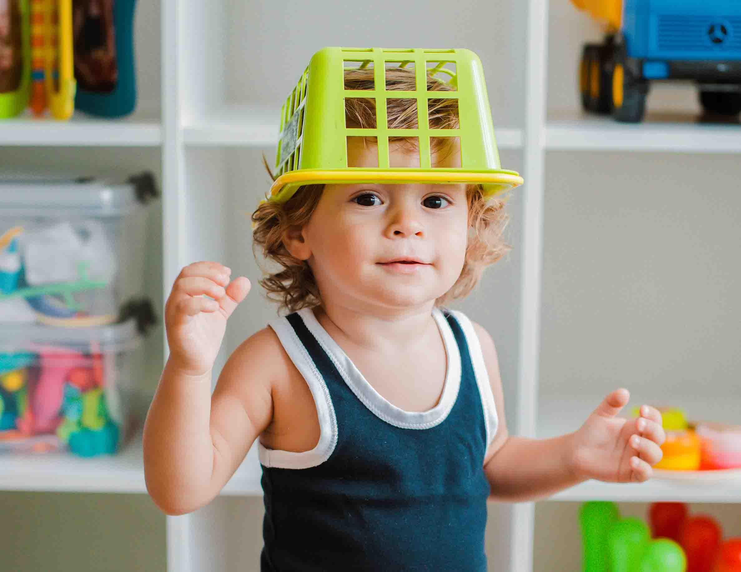 Enfant jouant à la crèche