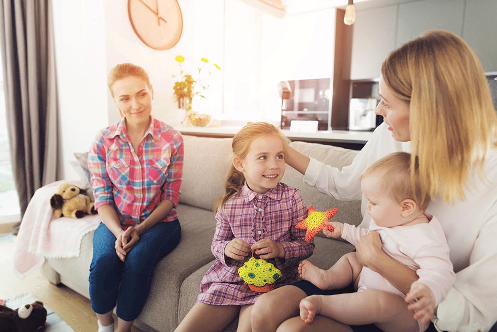 maman discute avec assistante maternelle
