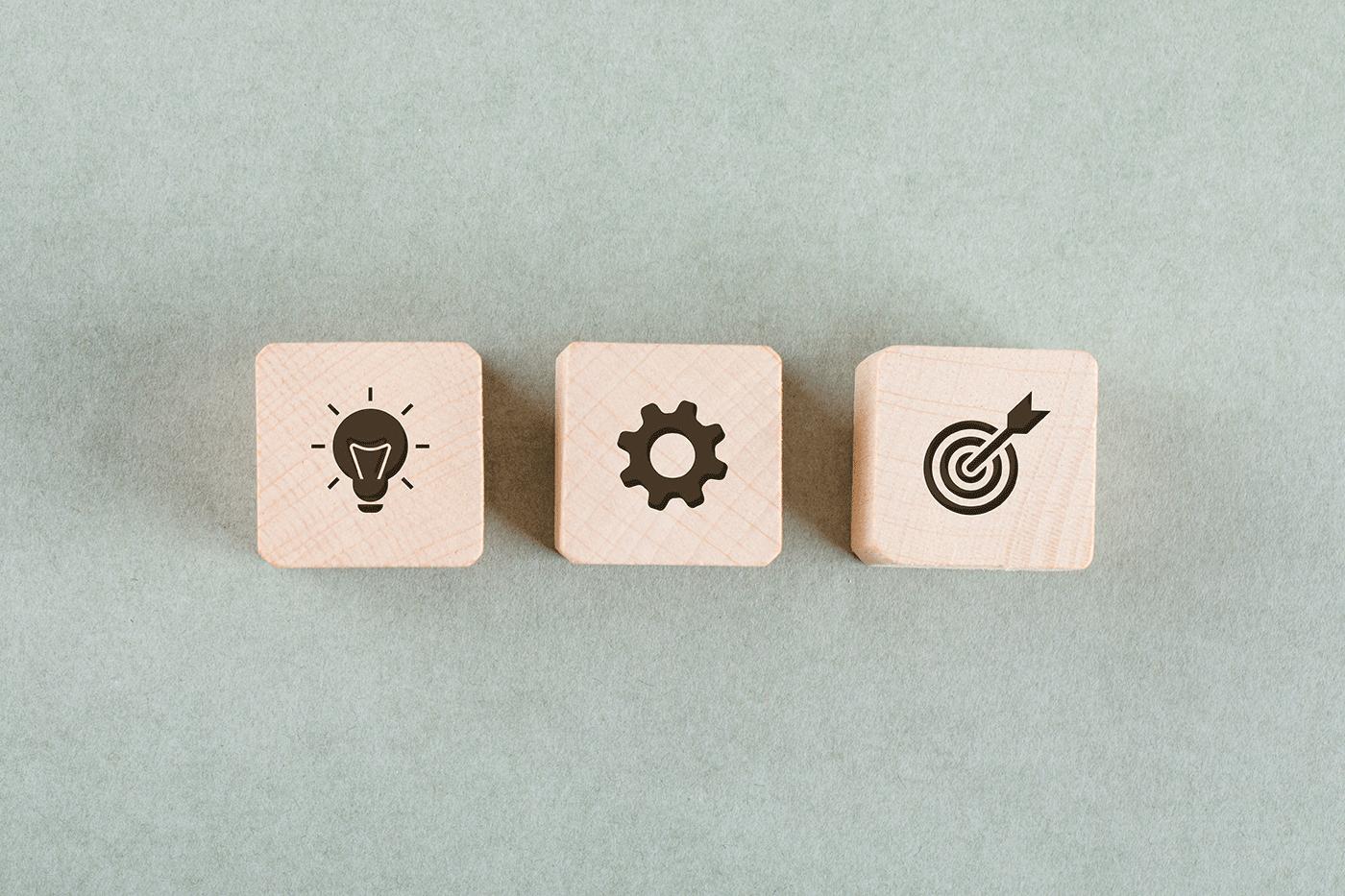 cube en bois avec pictogramme formation