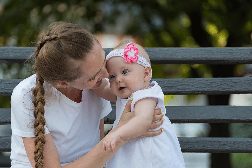 calin et sourire d'un enfant