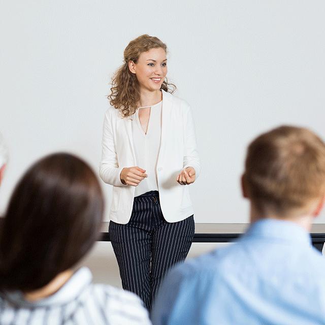 jeune femme donnant une conférence