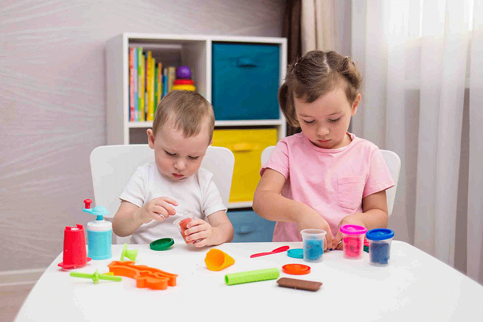 deux enfant jouant avec des jeux pour développer leur motricité fine
