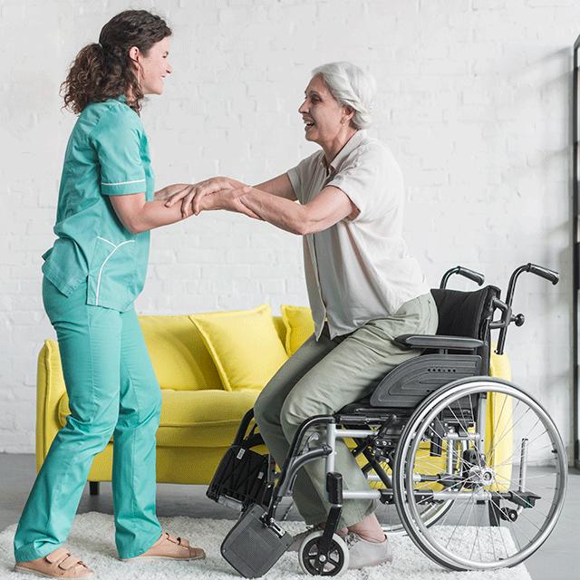 professionnelle aidant une personne en situation de handicap