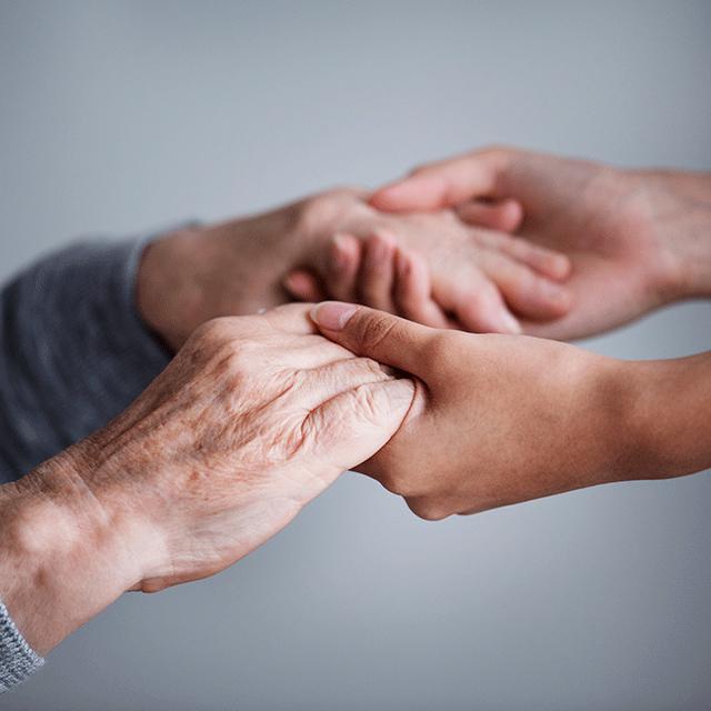 main qui soutiennent une personne agée